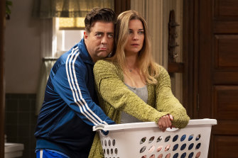 Eric Petersen and Annie Murphy in a scene from the comedy series Kevin Can F*** Himself.